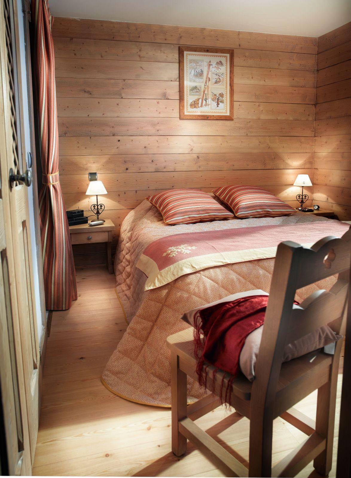 Chambre chalet en bois. Décoration typique savoyarde