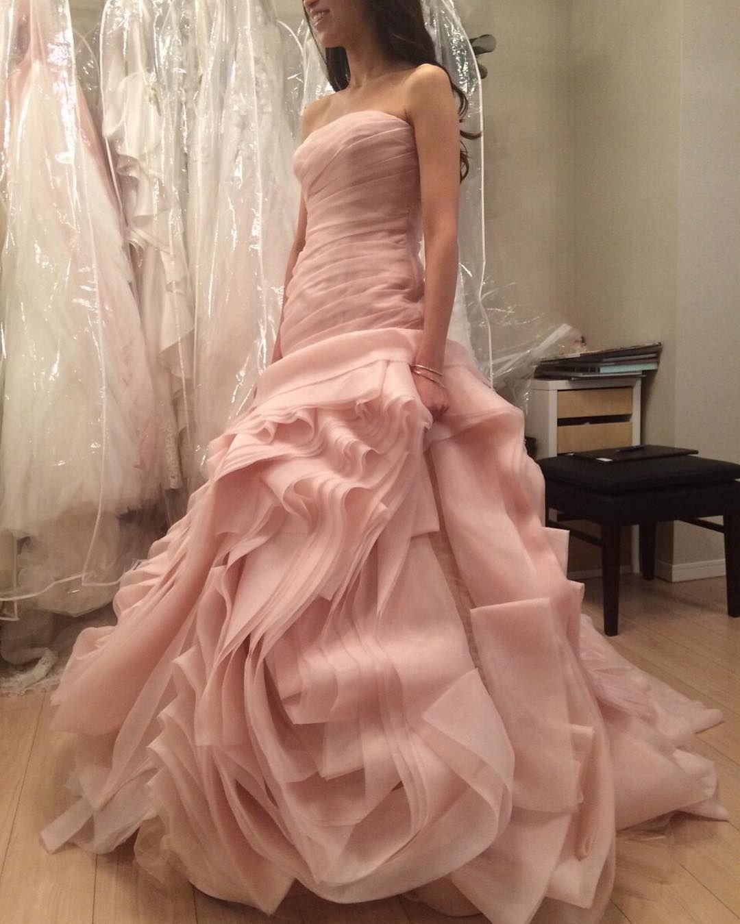 ピンクブラッシュ ずっと着てみたくて 知り合いのところにたまたたあって興奮して試着させていただいたのですが 似合わないー  #whitebyverawang  #ホワイトバイヴェラウォン  #ピンクブラッシュ  #weddingdress  #wedding by a_riiii.wedding