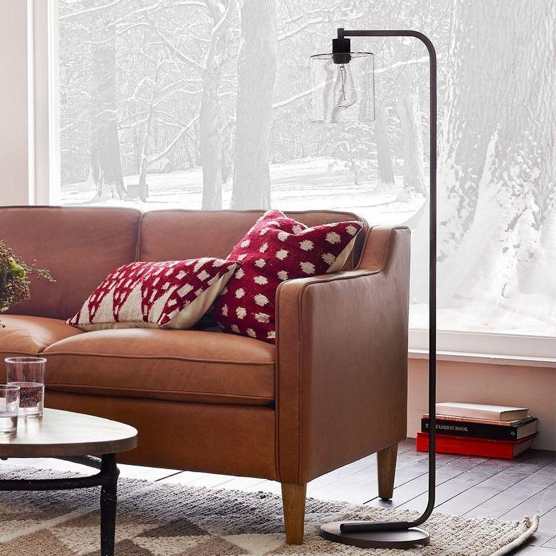 lampadaire industriel dans le salon canap en cuir cognac et coussins d co deco salon. Black Bedroom Furniture Sets. Home Design Ideas