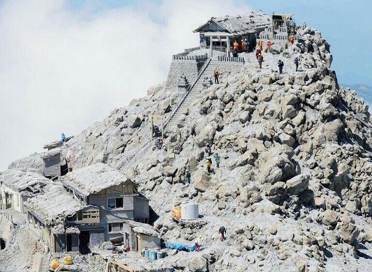 御岳山 Mount Ontake 火山 搜救队在山顶搜寻在去年9月火山喷发中失踪的6名登山者的遗体 日本 Japan 长野县 Nagano 2014年9月27日的火山喷发共导致57人遇难 6人失踪 由于遭遇降雪天气 搜救任务在去年11月被迫暂停 本周山顶积雪融化后正式重启 画像あり 日本