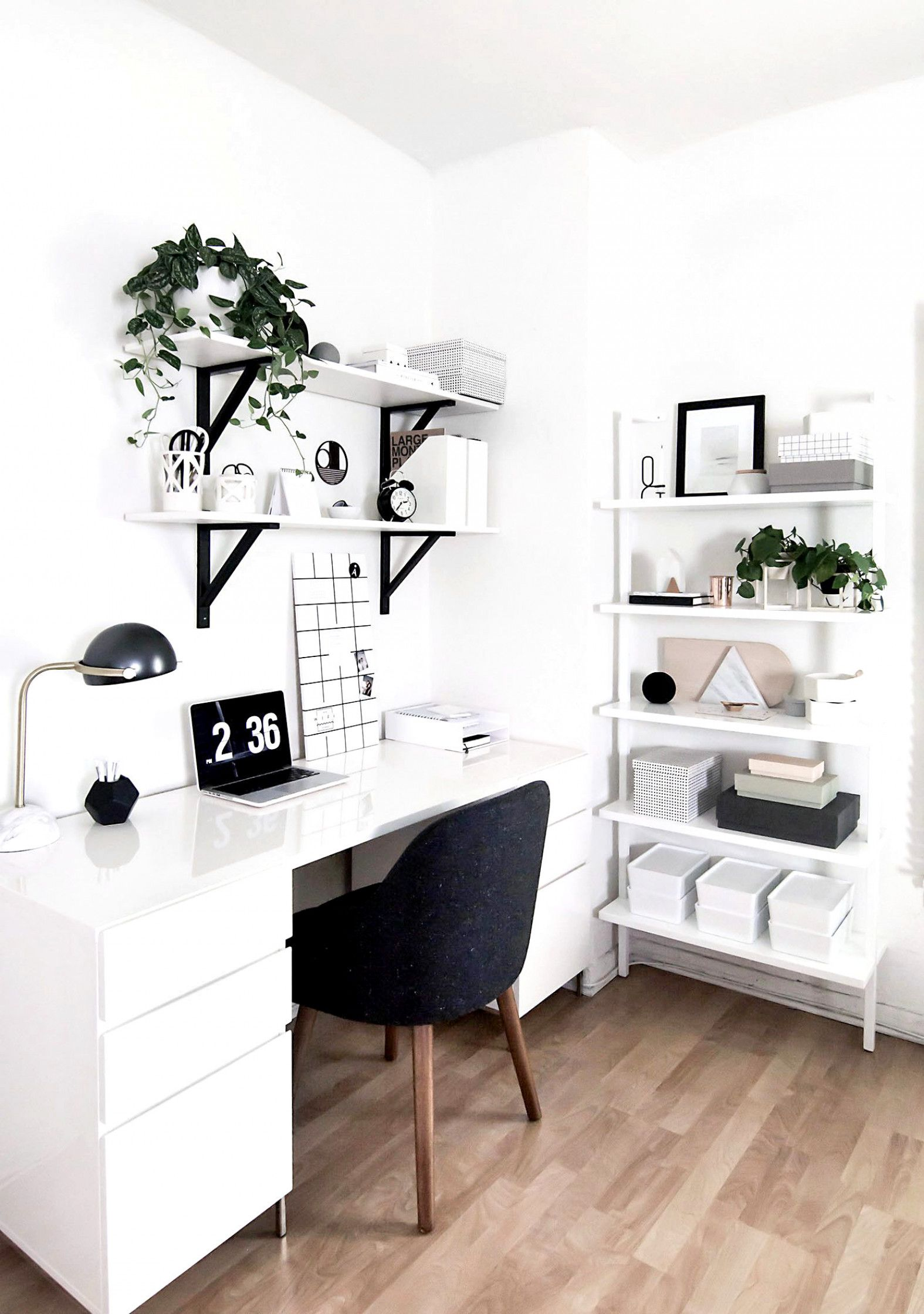 This Desk Decor Is For The Total Girl Boss And Flat Decor Ideas Make It Organised Desk Homeoffice Girlboss Flat Decor Home Office Design Home Decor Bedroom