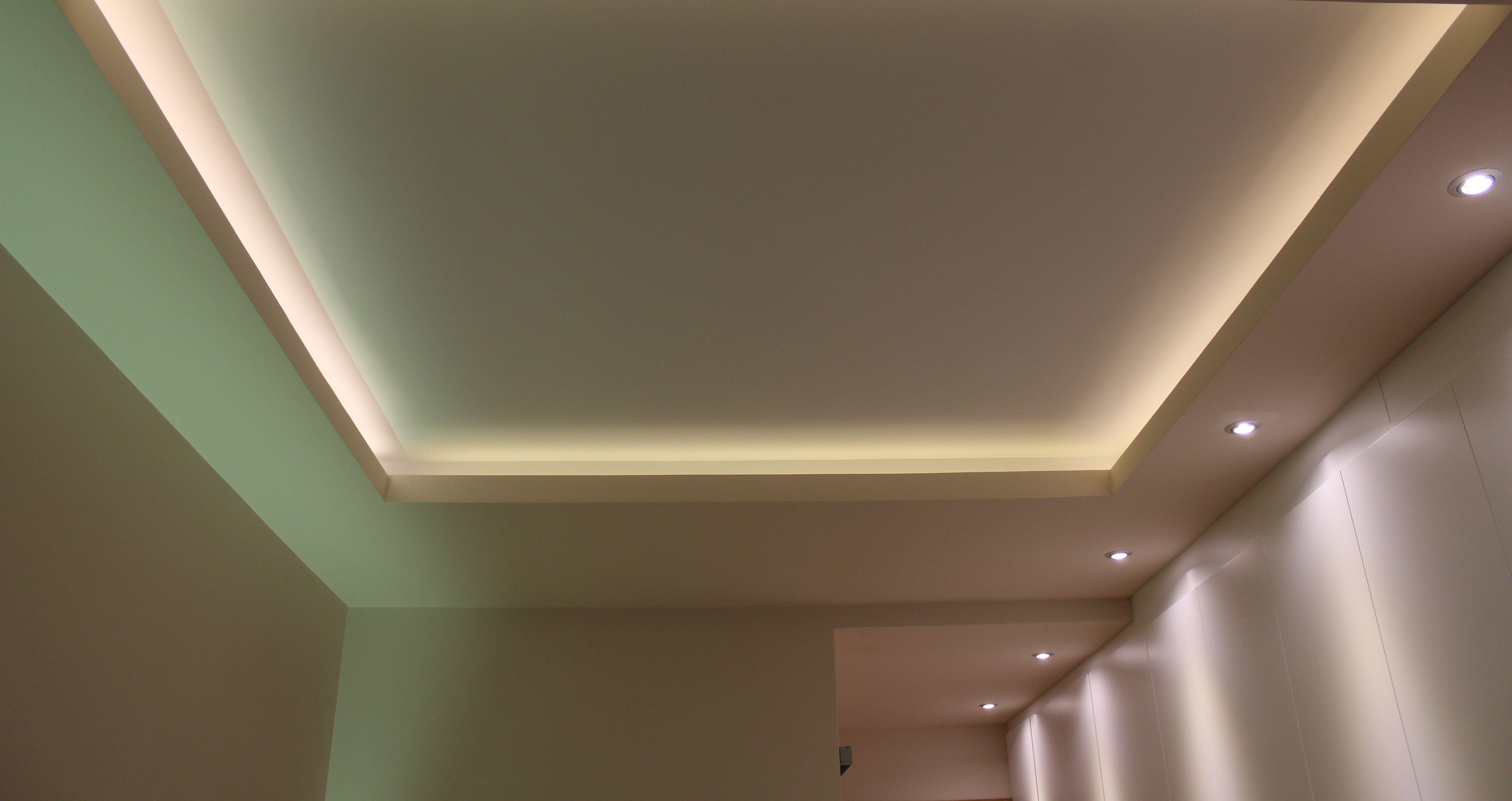 Dormitorio Iluminado Con Tiras De Leds En Foseado Del Techo Y Dicroicas Led Para Banar El Armario Luces De Techo Iluminacion Techo Techo Led