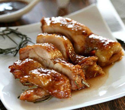 【酱汁烤鸡腿】原料:鸡腿1只 姜1块 大蒜4瓣 迷迭香1根 蜂蜜4汤匙(60ml)生抽1汤匙(15ml)老抽1茶匙(5ml) 盐1茶匙(5克) 橄榄油2茶匙(10ml)辣椒粉1茶匙(5克)做法:1)鸡腿去骨后洗净沥干。姜和大蒜去皮切片。将鸡腿放入大碗中,放入姜片,蒜片,迷迭香(如果没有新鲜的,可用干的代替),生抽,老抽,盐,橄榄油,辣椒粉和蜂蜜,搅拌均匀后,盖上保鲜膜腌制3小时(放在冰箱里腌制一夜,更加入味)。2)烤箱预热,220度。烤盘铺上锡纸放在下层,将腌制好的鸡肉放在烤网上,放置烤箱中层,烤制25分钟即可。在烤制过程中,每5分钟用刷子刷