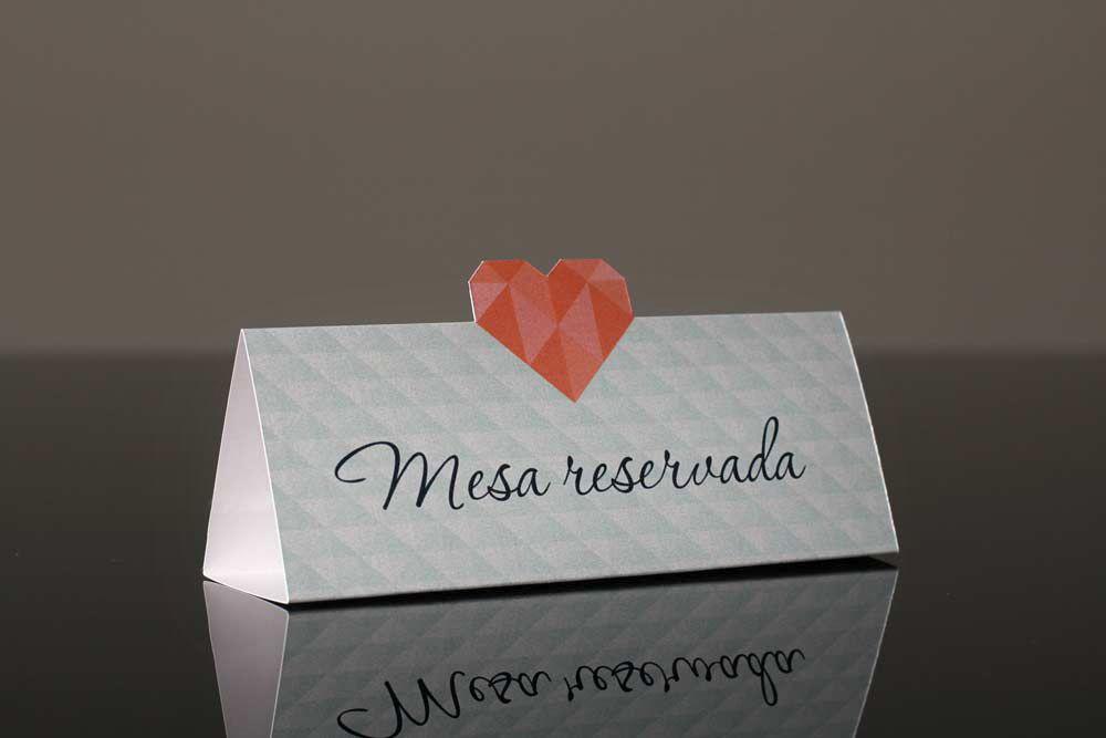 Identidade visual e convite de casamento exclusivos para o casal.