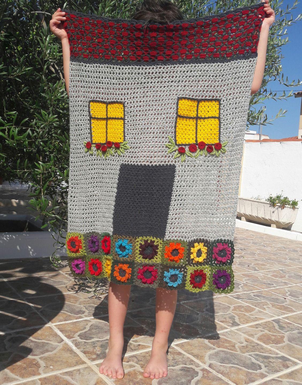 Defi juillet-une ville de rêve- couverture bébé en forme de maison, au crochet, mélange de laines : Puériculture par granny-an