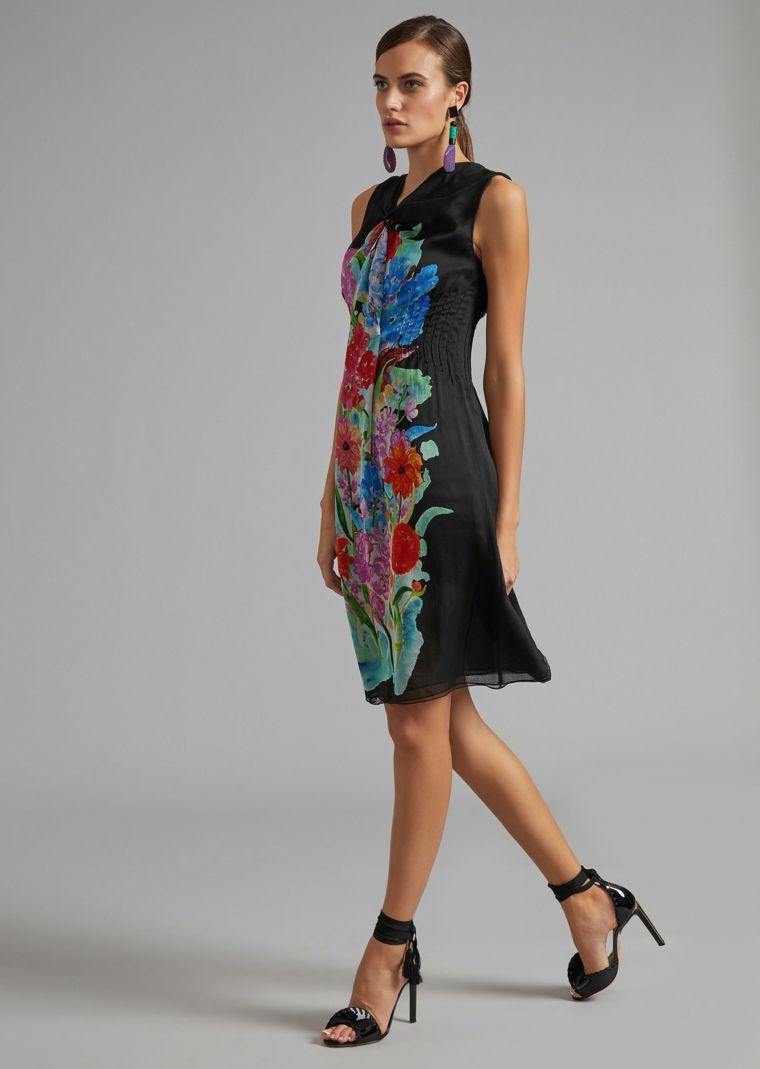 7e5b6a8d0441 Vestito midi fluido di colore nero decorato con print floreali ...