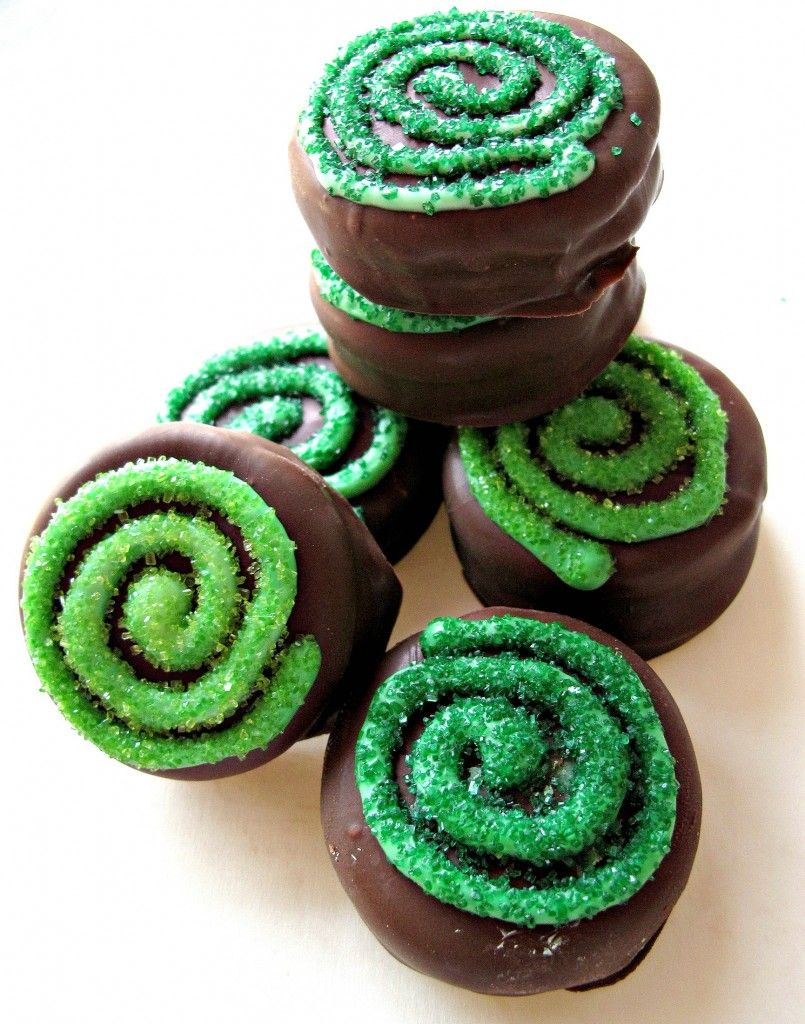 Chocolate Covered Oreos for St. Patrick's Day and Military Care Package #10 - Celtic Spirals sparkle on top of chocolate-mint Oreos enrobed in creamy chocolate! | The Monday Box #stpatricksday #stpatricksdayoreo #chocolatecoveredoreo #stpatricksdaytreat #stpatricksdayrecipe