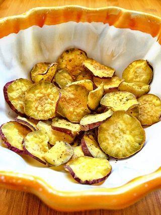 Quem me segue pelo instagram e pelo facebook já viu disto mil vezes - chips de batata doce! Crocantes, com pouca ou nenhuma gordura adicionada, e cheias de sabor. Uma deliciosa alternativa à batata do