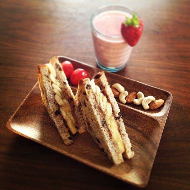 あさごはんさちのかと甘酒のヨーグルトスム、カレンツパンのアーモンドバナナサンド - @momokonakajima- #webstagram