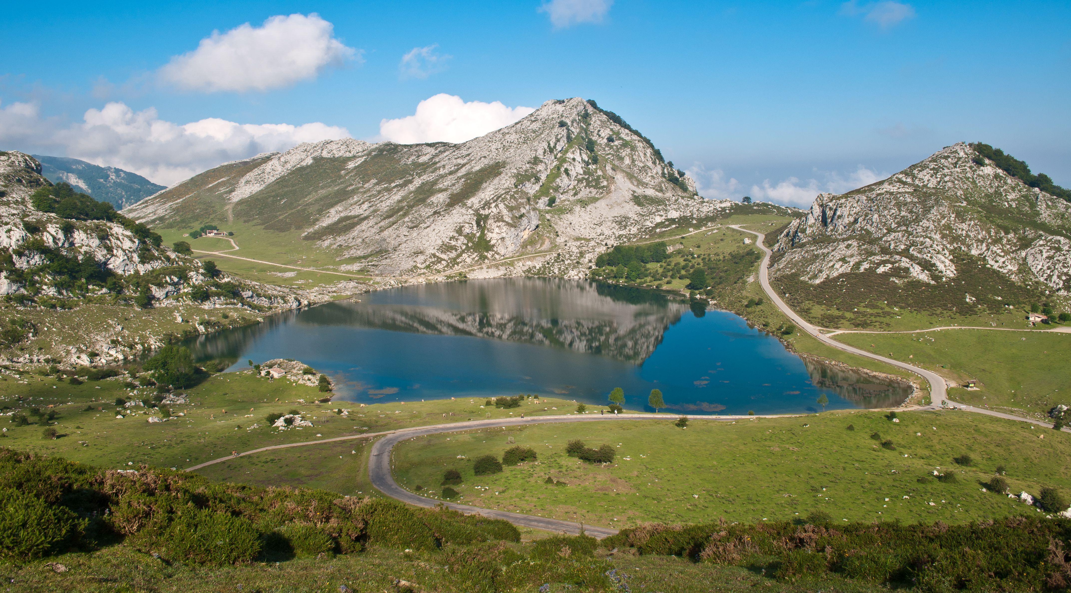 Lago Enol Covadonga Lagos De Covadonga Virgen De Covadonga Picos De Europa