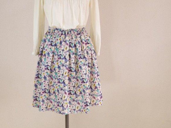 手書き風の花柄が素敵なシンプルな形のギャザースカートです。さまざまなギャザースカートを試作した結果、一番きれいに見えるギャザー量を発見しました。実際に着てみて...|ハンドメイド、手作り、手仕事品の通販・販売・購入ならCreema。