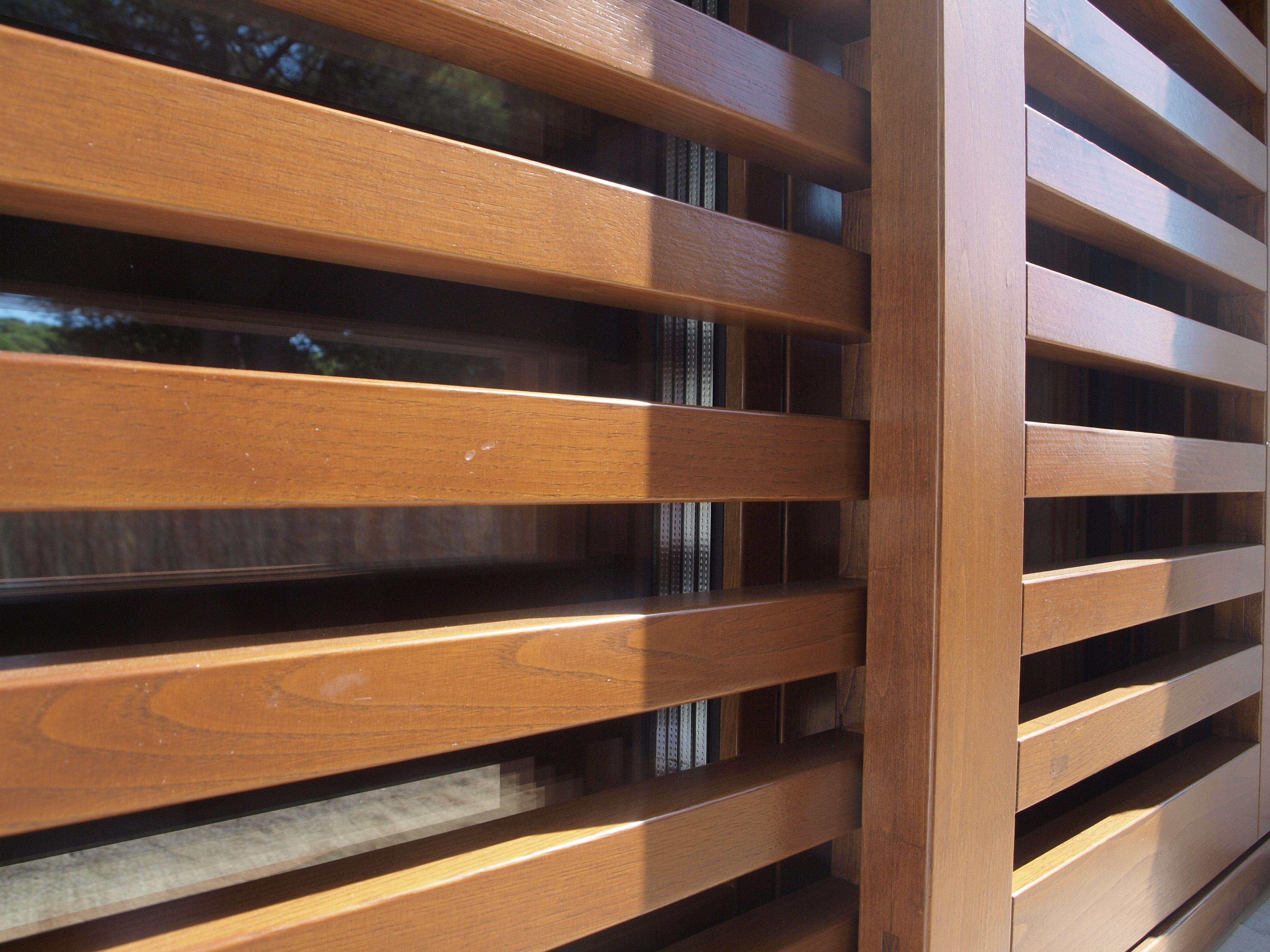 Detalle port n de madera iscletec portones de madera for Portones de madera modernos