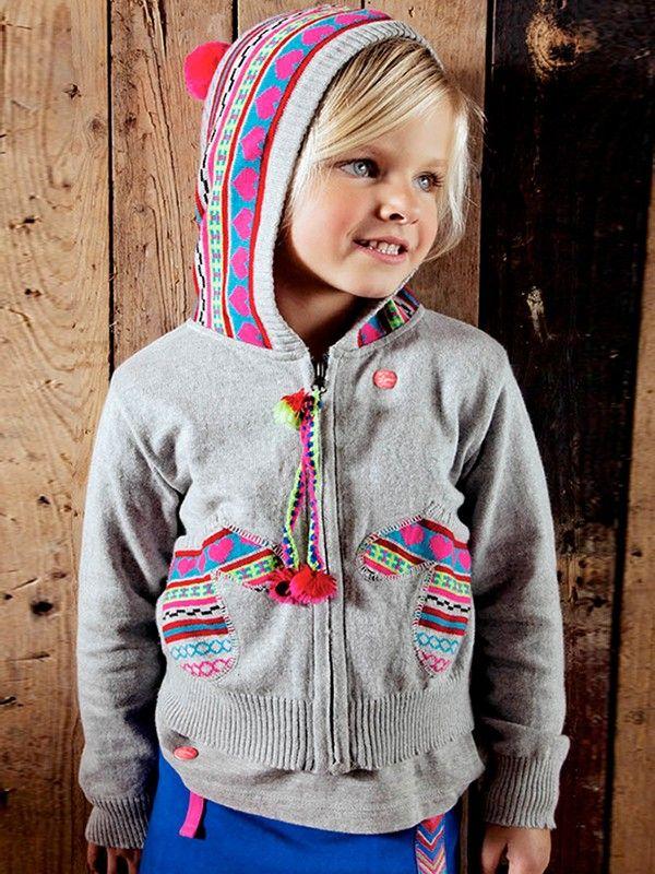 Ponpon triko hoodie:  Fluo Circus elbisesini giydi ve dışarıya çıkmaya hazır. Üzerine, eldiven şeklinde cepleri olan hoody'yi giysin, heyecan başlasın. Renkleri ve rahatlığıyla yine bayıldığımız Mim-Pi tasarımlarından biri. Eğlenceli ve heyecanlı gezmeler olsun.