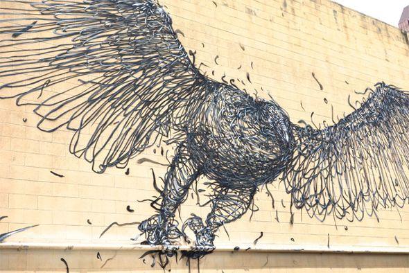 L'artiste sud-africain DALeast et sa femme Faith47 ont réalisé deux immenses fresques, sur un thème plutôt aviaire. Ces deux œuvres de styles différents prennent place sur les murs à l'occasion du Pow Wow 13, un événement d'art contemporain annuel à Hawaï.