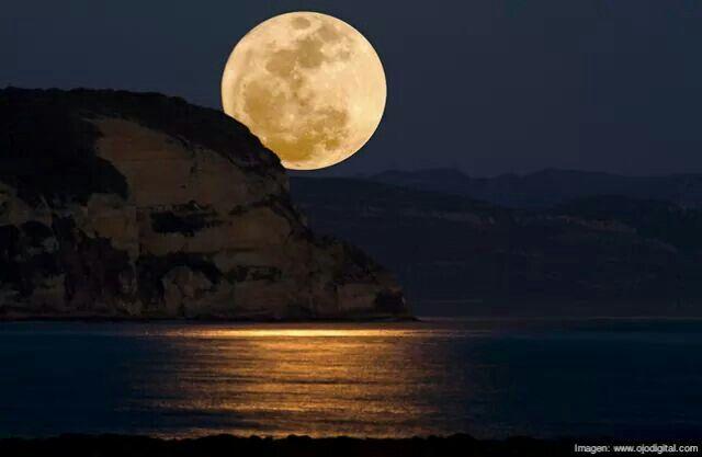 Luna de agosto.  Una de las más grandes.