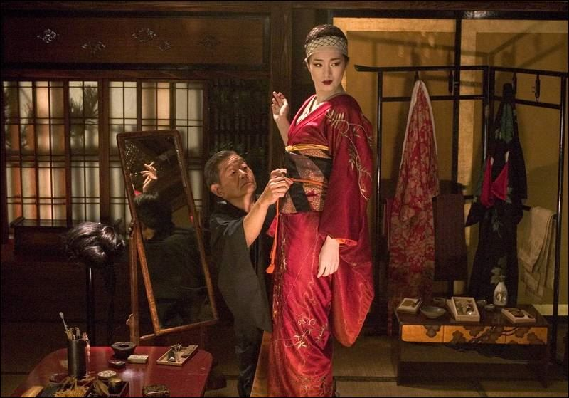 Clothing Cosmetics Lines And Other Products Flow From The Movie And Novel Jpg 800 559 Memoirs Of A Geisha Geisha Geisha Costume