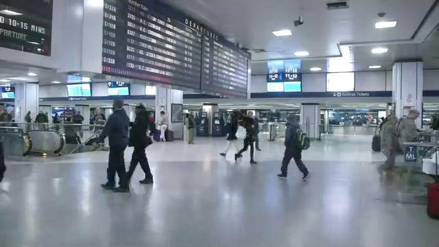 Saturan viajantes navideños aeropuertos y estaciones de tren - NY1 Noticias