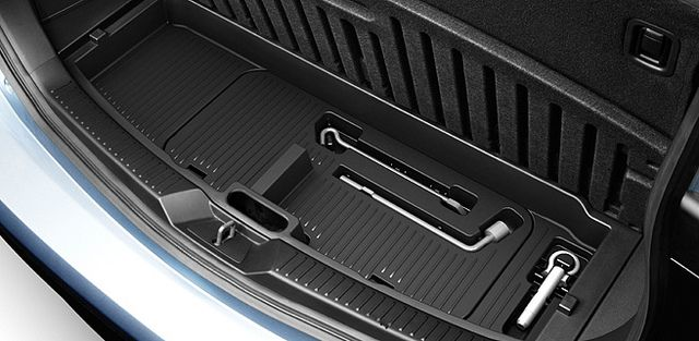 Mazda5 - rear jack and spare tire storage