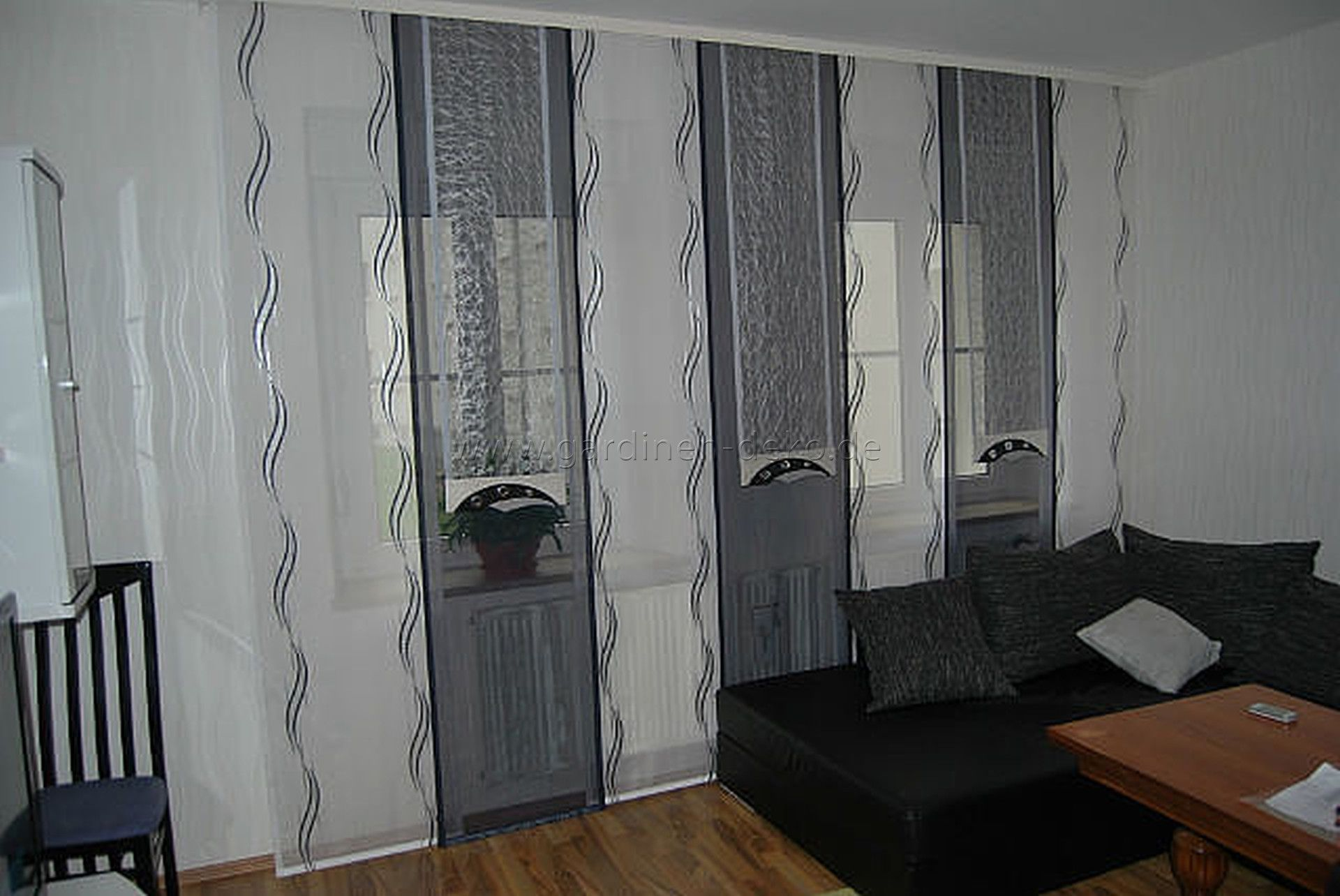 Scheibengardinen Wohnzimmer ~ Wohnzimmer schiebegardine im wellendesign mit dekonetzen