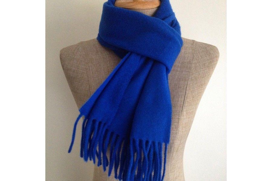 Une belle écharpe en laine douc bleu électrique chic.   Echarpe ... 3168695924f
