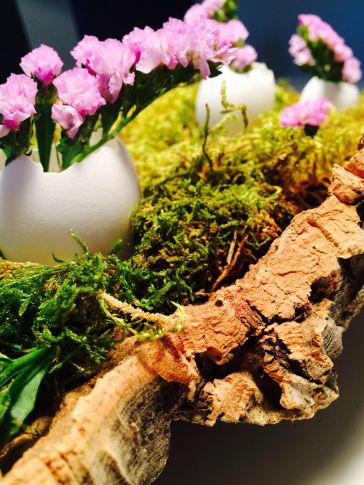 Diy Tischgesteck Mit Moos Baumrinde Blumen Eierschalen Selber