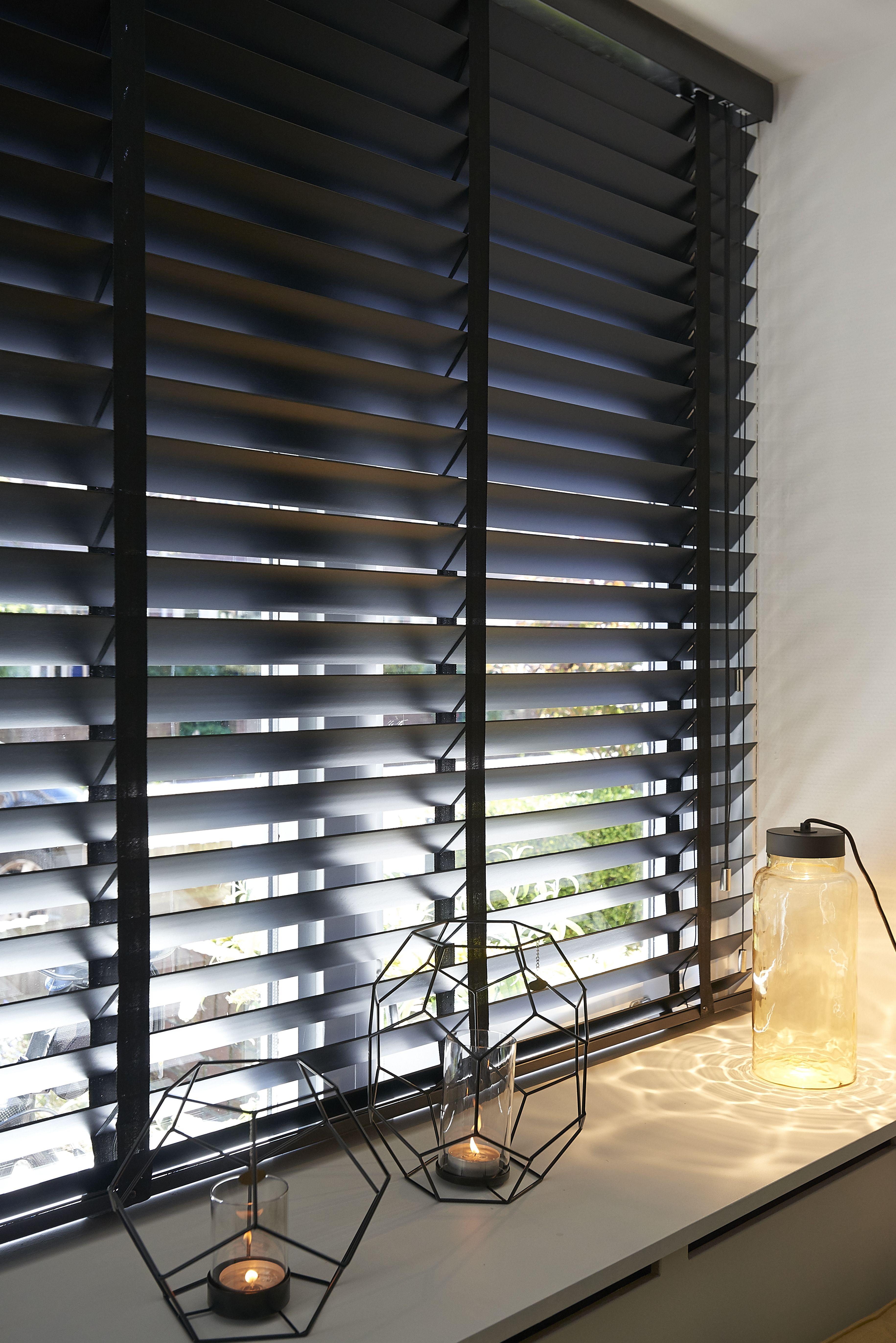 Wenge houten jaloezieën 50 mm met donkere ladderband. Uitgekozen door stylist James van der Velden voor RTL Woonmagazine. Stijlvolle raamdecoratie op maat voor de woonkamer.