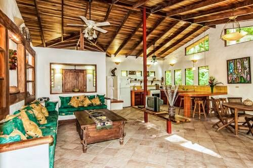 Tucan Villa Manuel Antonio Set 3.4 km from Manuel Antonio National Park in Manuel Antonio, this air-conditioned villa features a garden with an outdoor pool and a barbecue. Guests benefit from free WiFi and private parking available on site.