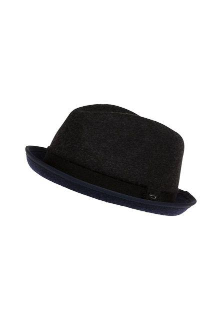 Hut ab - style Dir lässige und moderne Looks und ergänze diesen mit diesem Klassiker der Kopfbedeckung! Dein Outfit erhält dadurch eine ganz besondere Note.