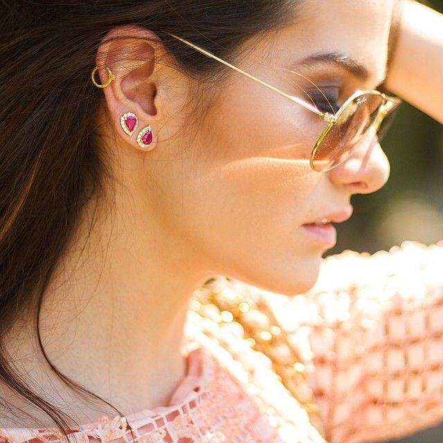 DETAILS! Veja o look completo em http://www.luizaaltoe.com/looks/sparkles-of-summer/ @rennejoias @rayban #luizaaltoecasual #2brincosiguaisnamesmaorelha