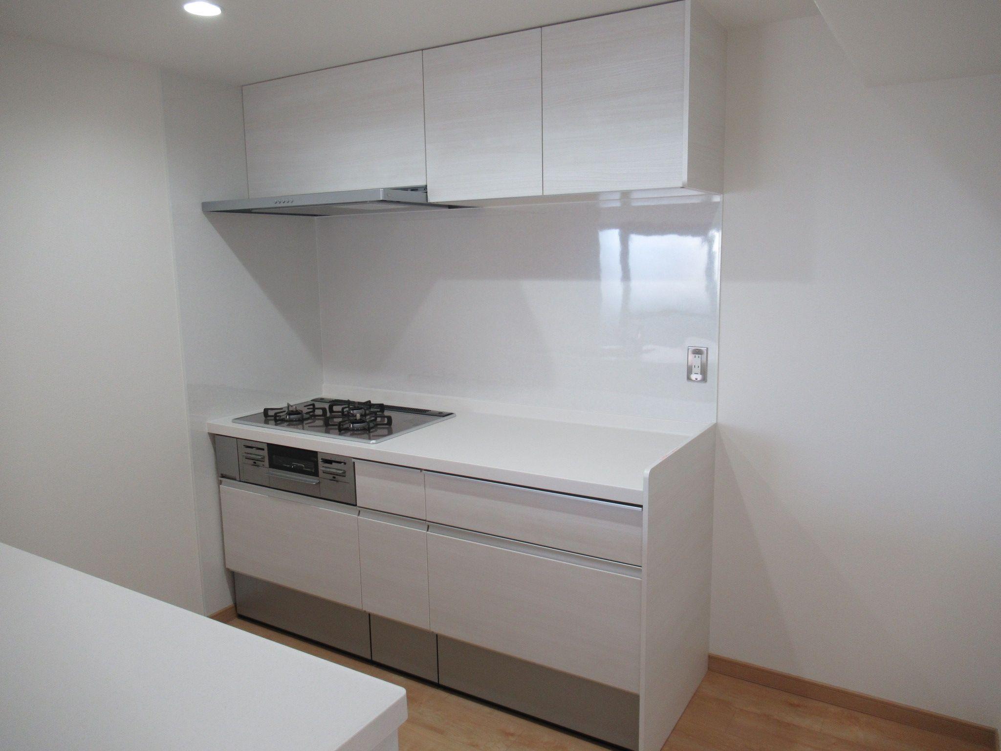 リクシルの2列型のキッチン シエラです カラーはクリエアイボリーです キッチン リクシル シエラ クリエアイボリー 2列型 キッチン リクシル リフォーム 施工事例