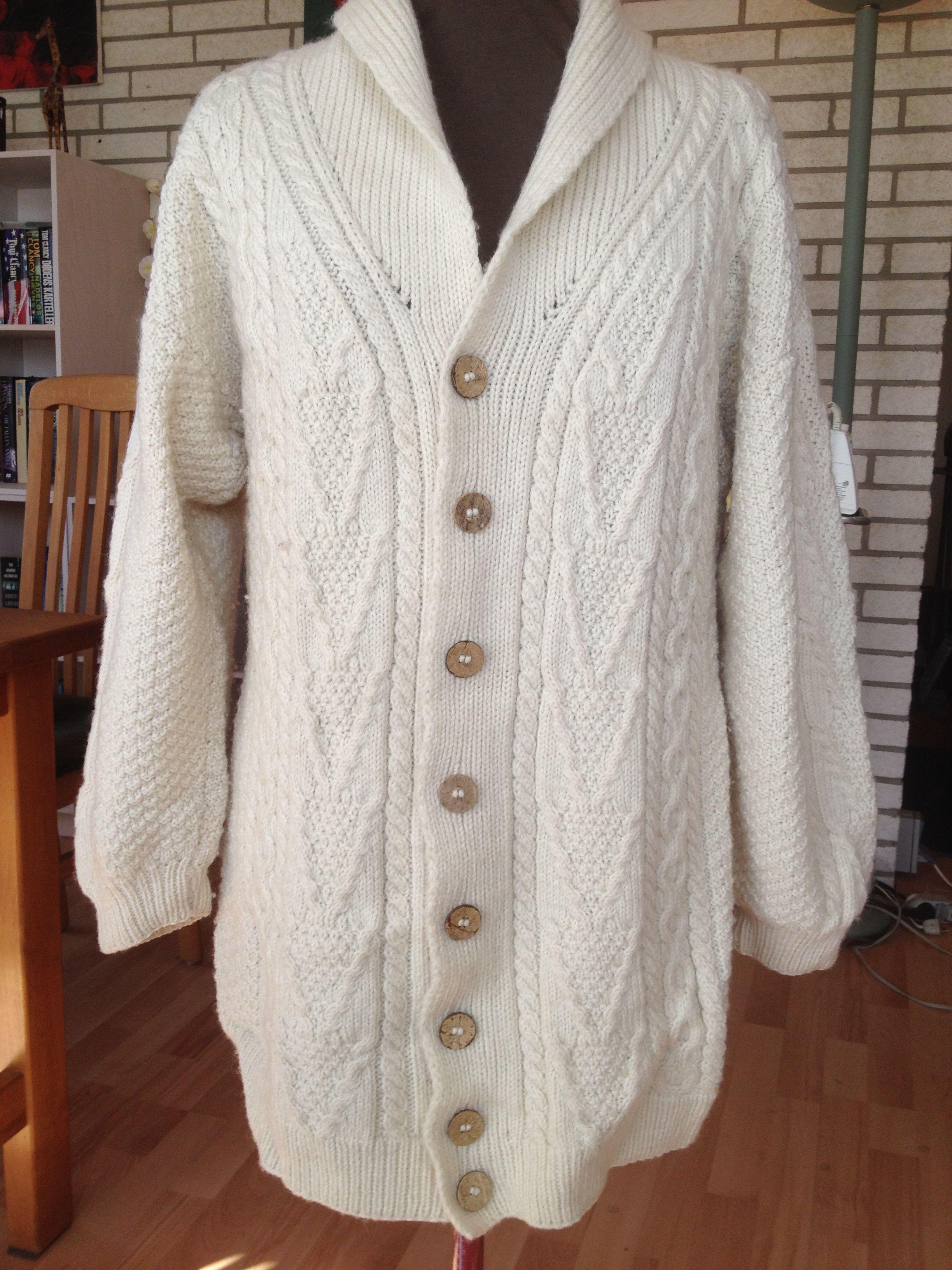 Strikket trøje i 100 % uld. Trøjen er strikket med aranmønstre. Trøjen er eget design.