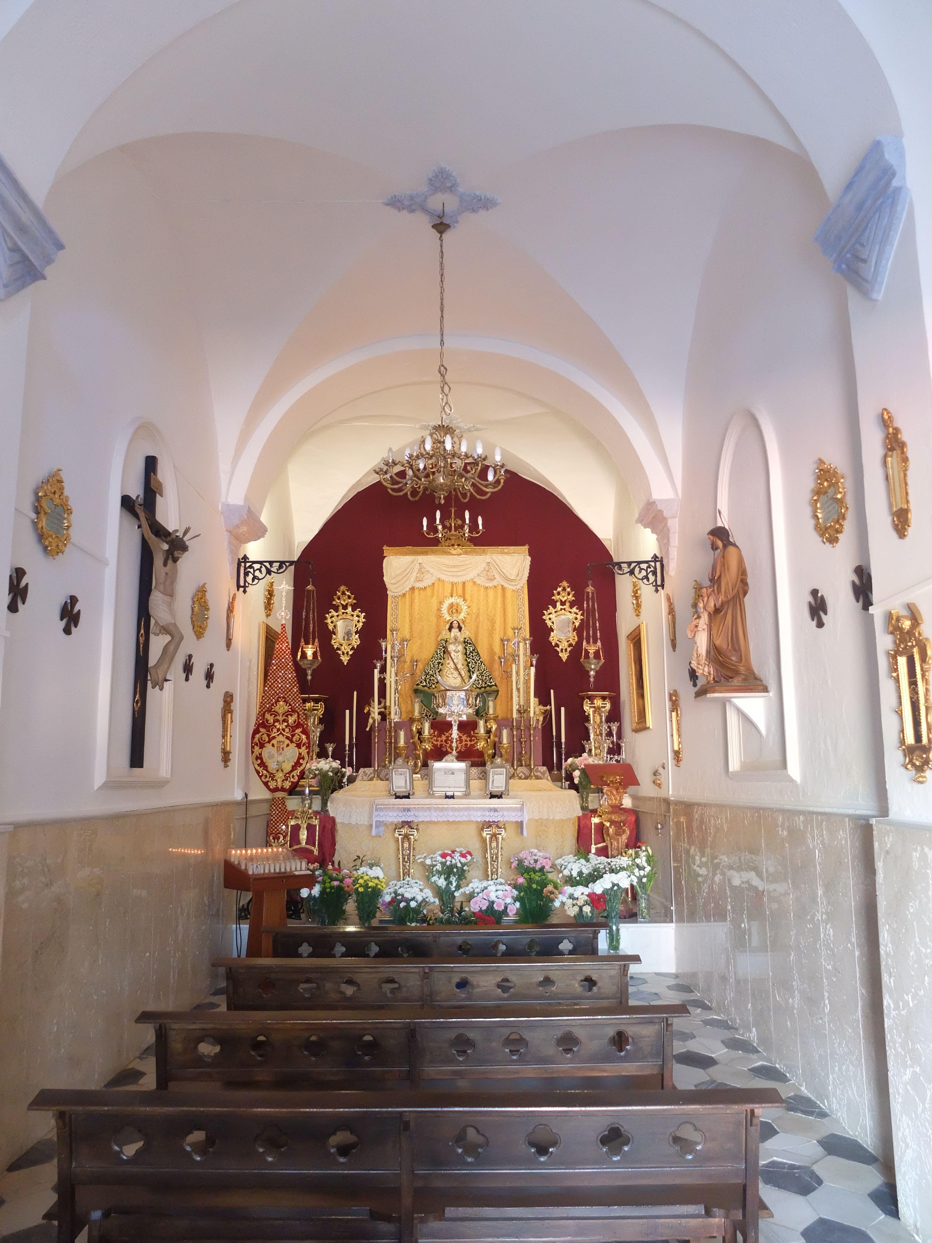 Pizarra. Ermita de la Fuensanta. Interior. Se trata de una iglesia semirrupestre, ya que esta excavada parcialmente en la roca. Los cimientos son los de una antigua iglesia mozárabe.