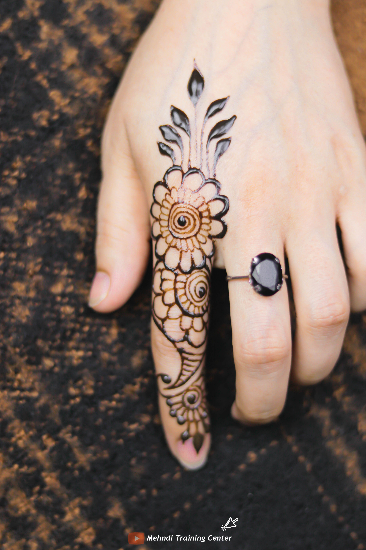 تصميم الحناء هذا للإصبع تصميم بسيط جميل للحناء تطبيق هذا الحناء بسهولة على يدك Mehndi Designs For Fingers Mehndi Designs Hand Tattoos