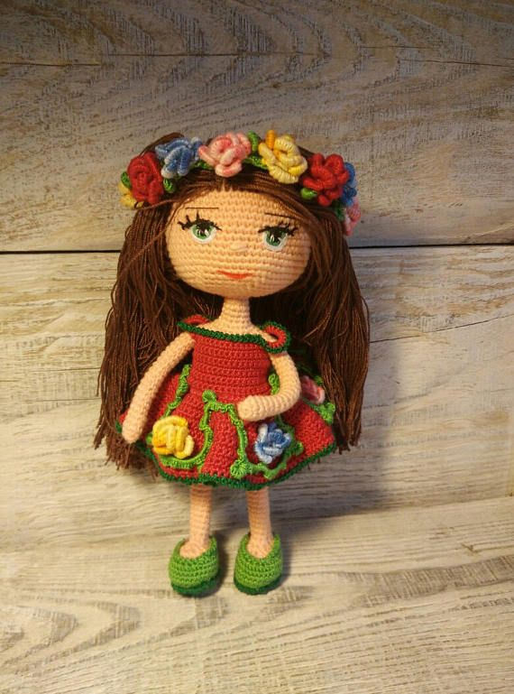 Muñeca. Juguetes hechos a mano. Amigurumi. Muñeca con flores ...
