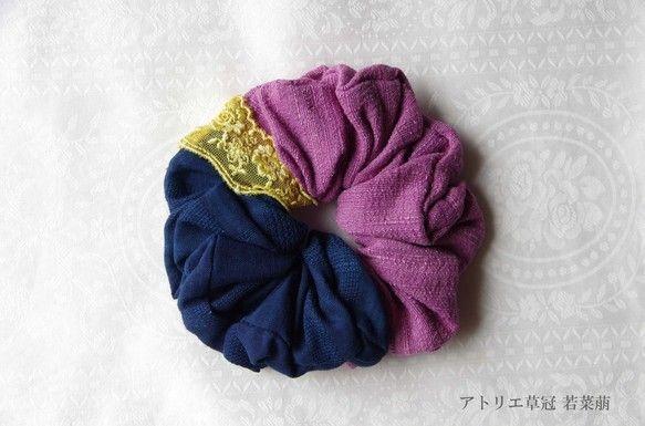 草木染のシュシュができました*綿布を本藍染、絹布をコチニールで煮染めし、たっぷり布をつないで縫いました。アクセントのレースはエンジュで染めました。落ち着いた天...|ハンドメイド、手作り、手仕事品の通販・販売・購入ならCreema。