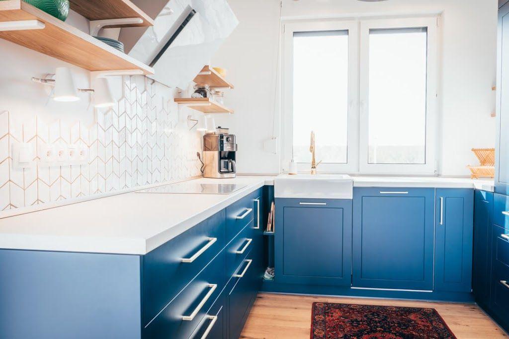 Marzy Ci Sie Granatowa Kuchnia Ale Boisz Sie Ciemnych Kolorow Niepotrzebnie Zobacz Jak Stworzyc Przestronna I Piekna Kuchn Home Home Decor Kitchen Cabinets