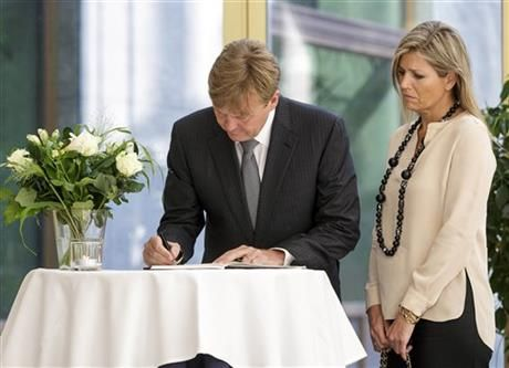 Dutch King Willem-Alexander, left, signs a condolence register as Queen Maxima looks on at the Ministry of Security and Justice in The Hague, Netherlands, Friday, July 18, 2014. (AP Photo/Phil Nijhuis) ▼18Jul2014AP|Credible probe sought in downing of Malaysian jet http://bigstory.ap.org/article/rescuers-combing-scene-malaysian-plane-crash #MH17 #Willem_Alexander #Queen_Maxima #Hague