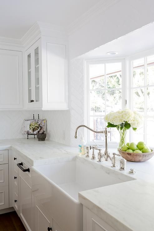 A Gorgeous Farmhouse Sink Is Paired With An Antique Polished Nickel Faucet Mounted In Front Farmhouse Sink Kitchen White Kitchen Design Kitchen Cabinets Decor