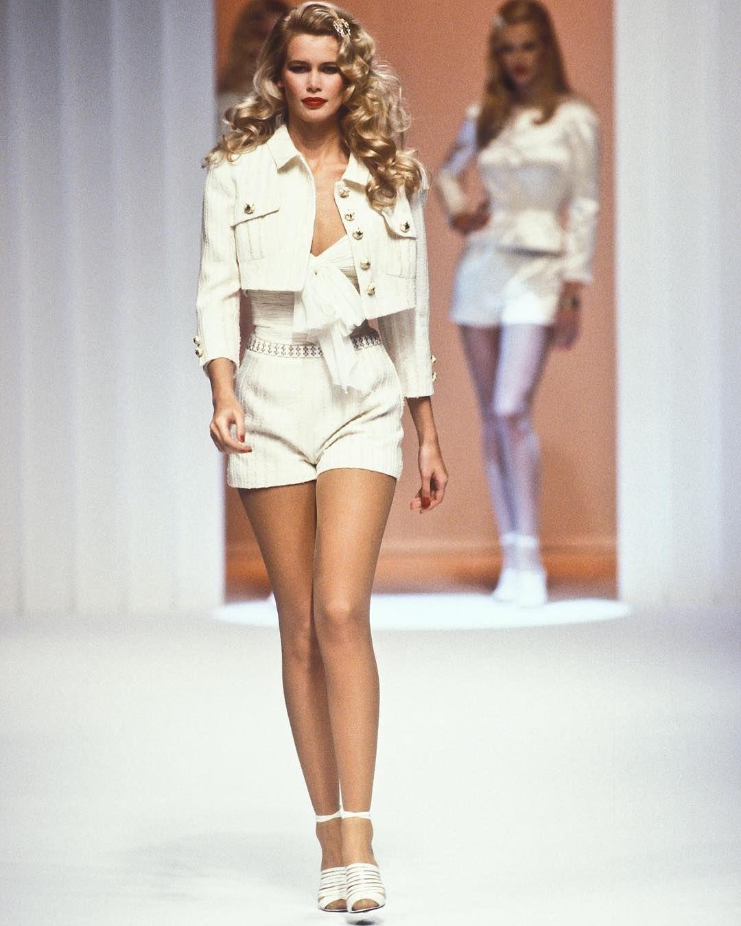71a8ec7ff4bb Claudia Schiffer walked for Valentino 1995 Retro Fashion, 90s Fashion, High  Fashion, Vintage