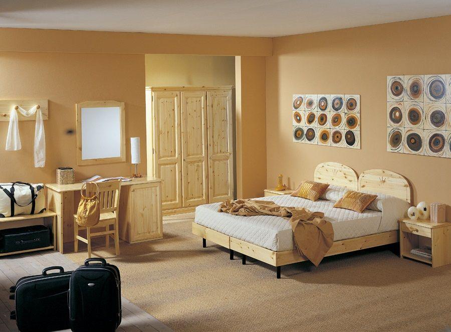 Camera matrimoniale in legno di pino composta da letto for Camera matrimoniale in legno