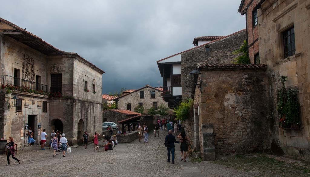Santillana del Mar, situado en la comunidad autónoma de Cantabria, es uno de los pueblos más bonitos de España http://www.dosmaletas.com/2015/07/visita-santillana-del-mar.html