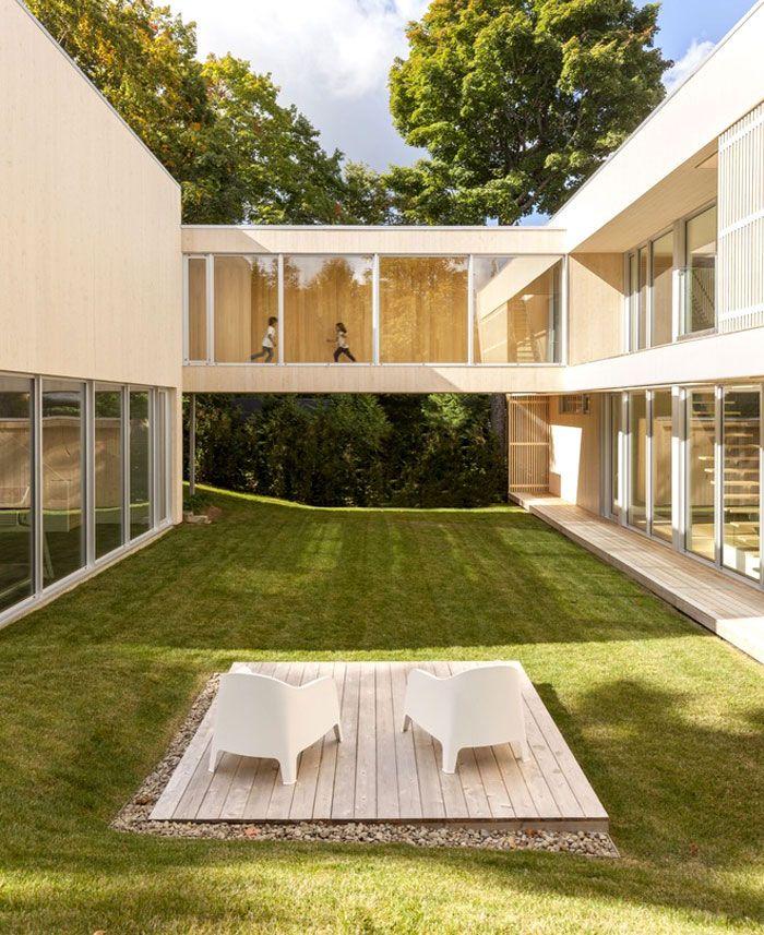 Maison contemporaine en bois avec passerelle extérieure Extensions