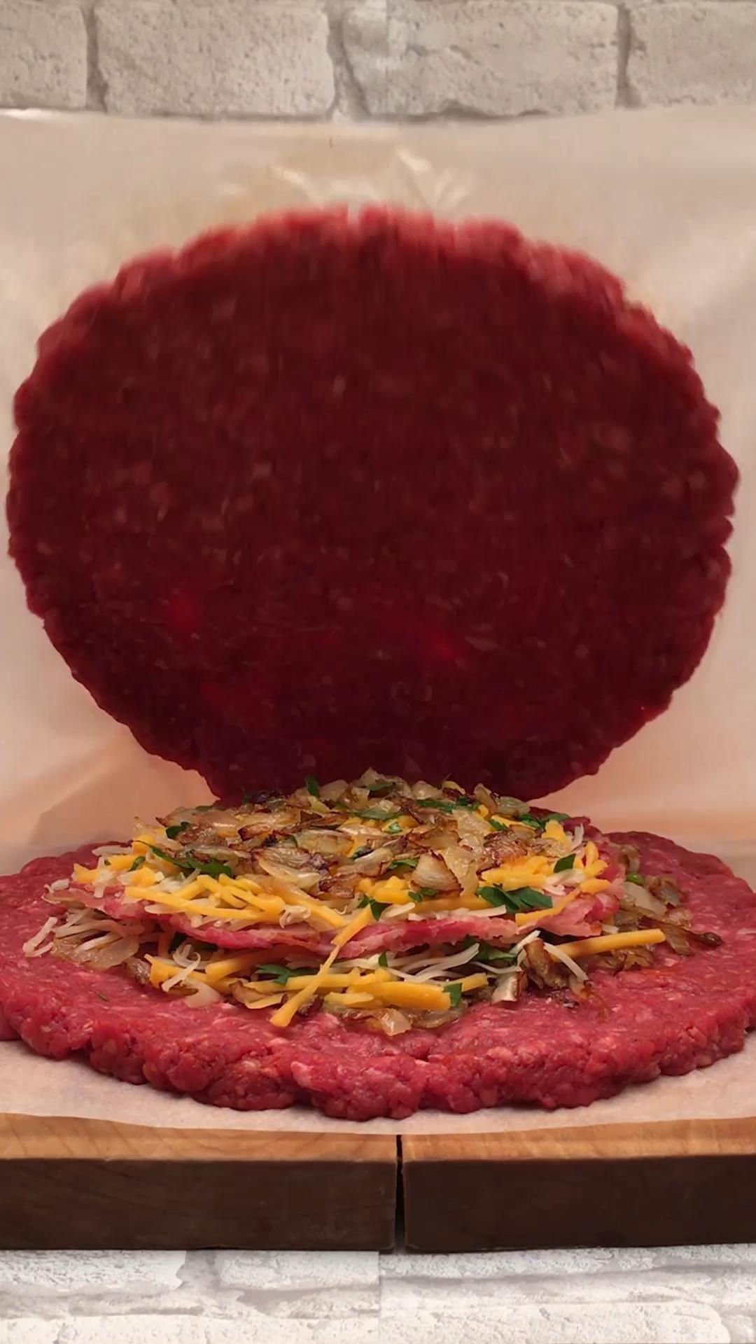 Un steak haché XXL et fourré dans lequel on retrouve de l'oignon, du cheddar et du baccon... Parfait pour vos burger ou vos apéros ! Et pour encore plus d'idées de recettes, rendez-vous sur notre site.