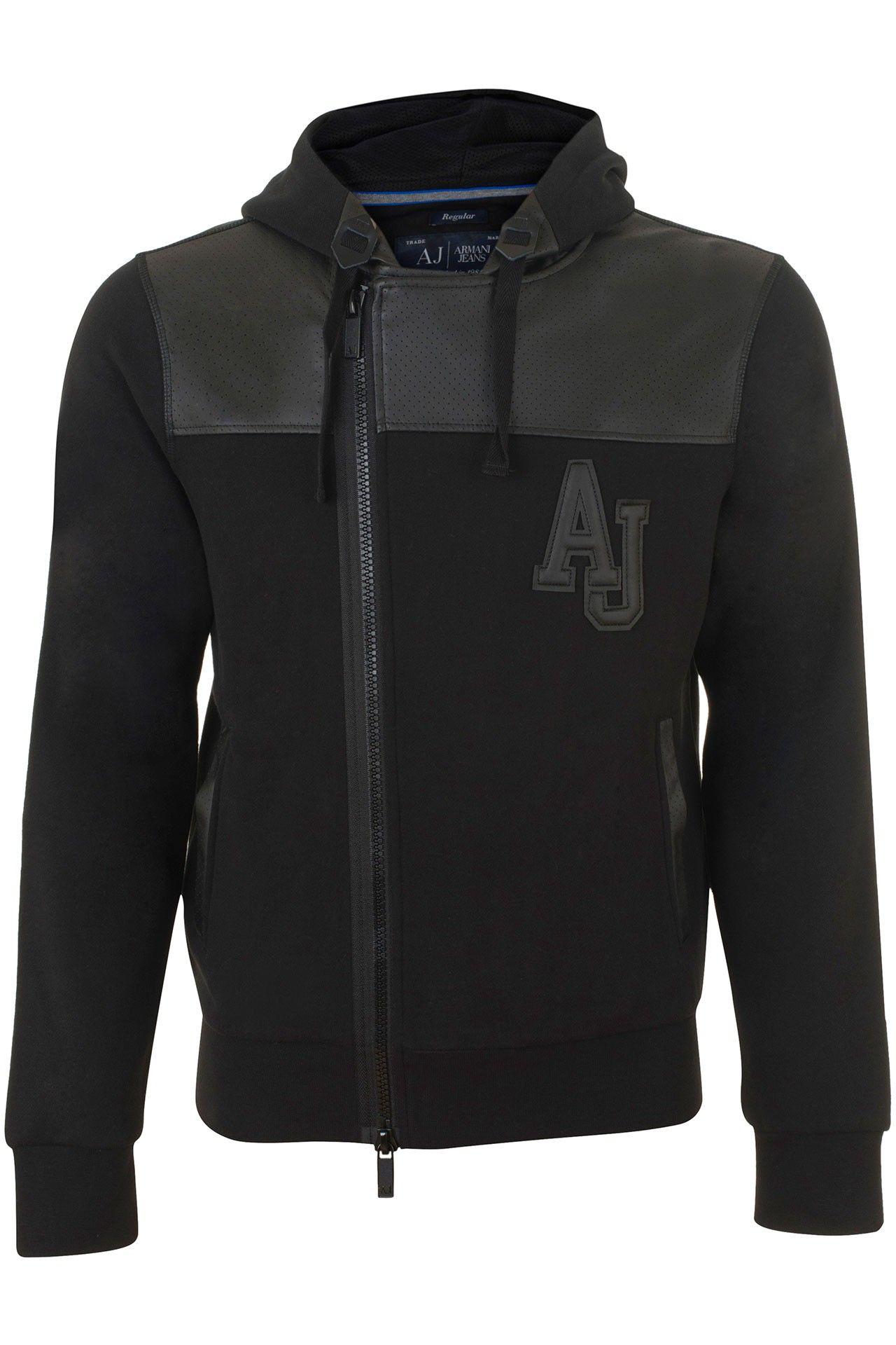 Stoer zwart katoenen vest van Armani Jeans. Het vest heeft een gevoerde capuchon. Het AJ logo op de borst de schouderstukken en langs de zakken is van polyurethaan. De rits loopt asymmetrisch. De boorden zijn van een stretch kwaliteit.