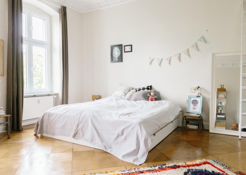 Helles gemtliches Schlafzimmer in Berliner Altbauwohnung