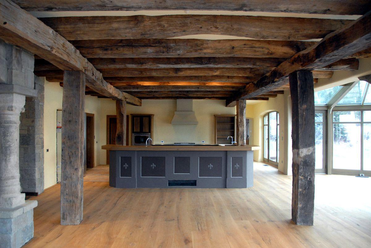Große Wohnküche in einem Landhaus, Kaseinfarben, Foto ...
