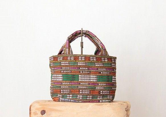 グアテマラの民族衣装巻きスカート布コルテを使ったシンプルな形のトートバッグ。素材はアクリルとコットンでずっと触っていたくなる柔らかな肌触りをしています。グアテ...|ハンドメイド、手作り、手仕事品の通販・販売・購入ならCreema。