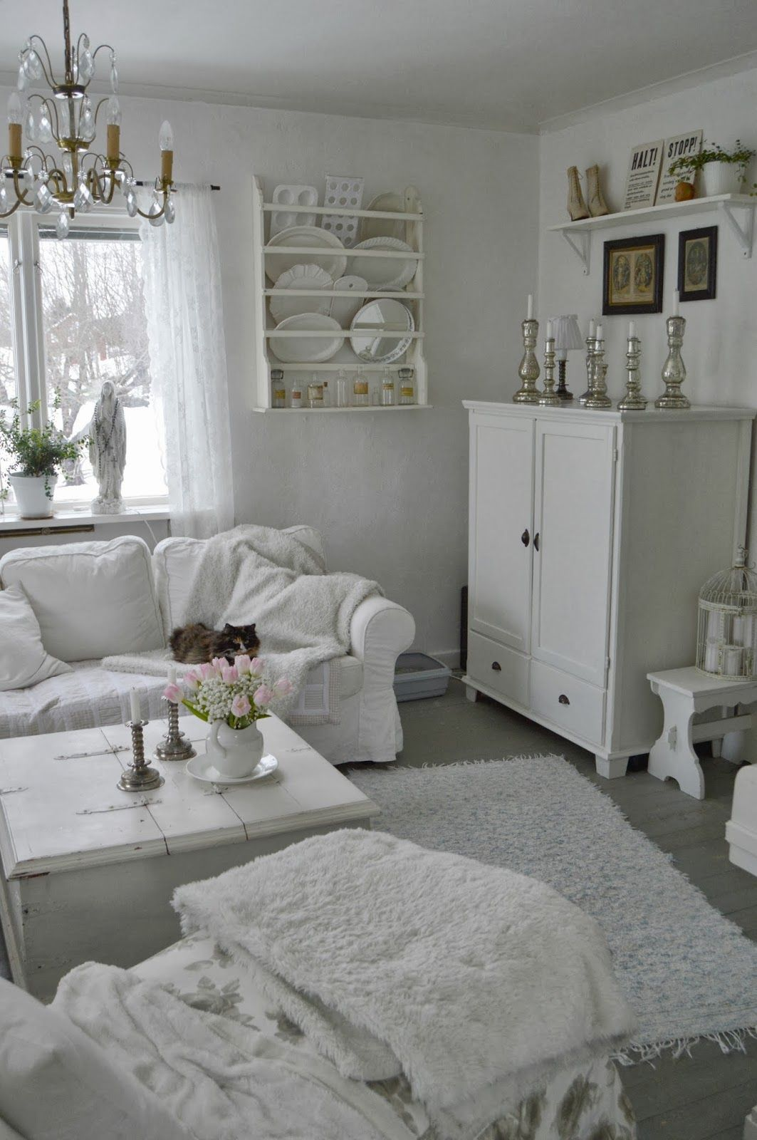 Pin by Judy on White Country Cottage   Idee per soggiorni ...