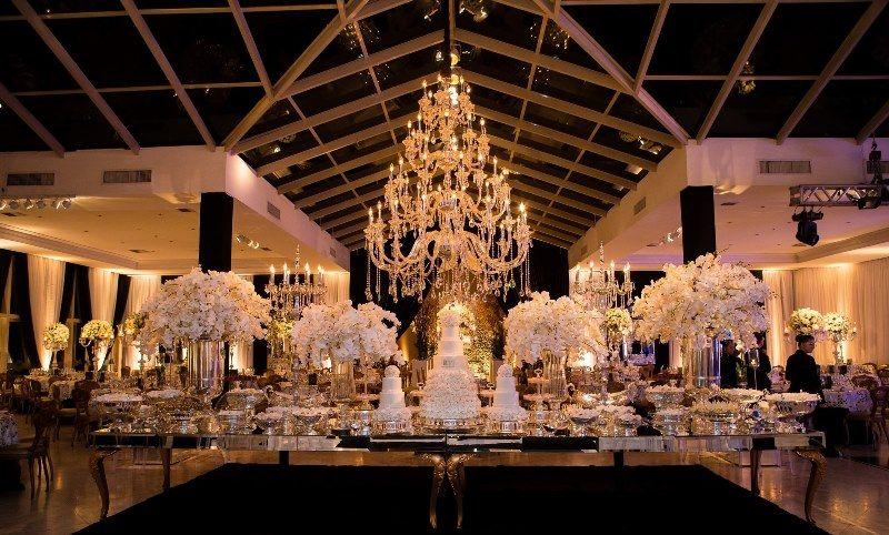 Mesa de doces com decoração de flores brancas para casamento clássico - Casamento Rafaelle Ruhle e Thiago Marques