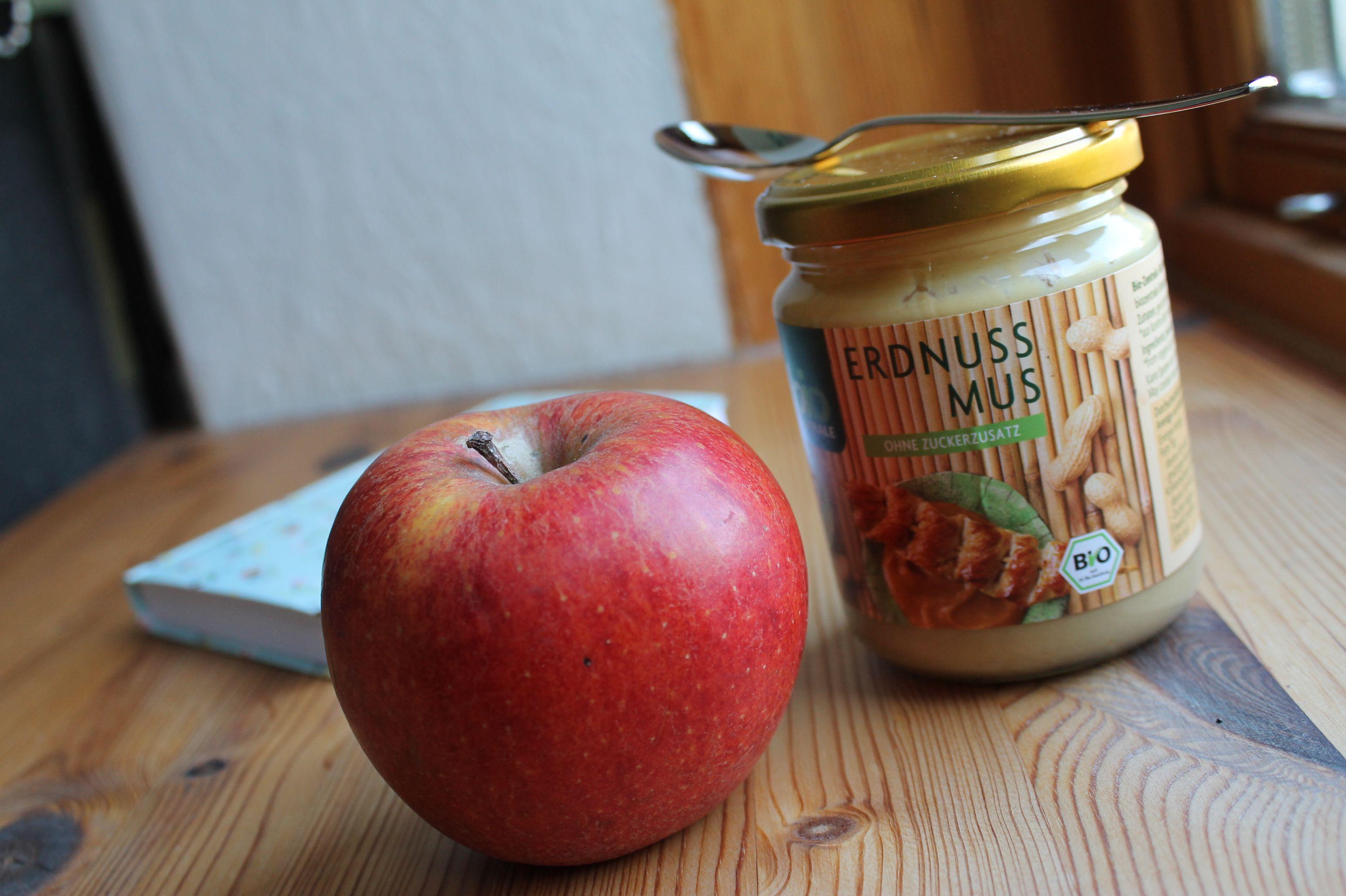Den Snack zwischendurch (Apfel) aß Miss Polkadot erst zuhause - da konnte sie ihn dann zusammen mit Peanutbutter genießen!